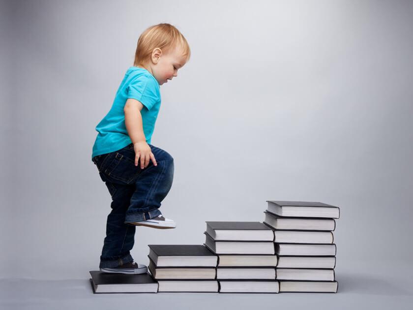 子供が本の階段を上がる画像