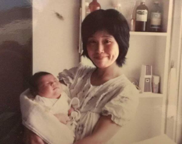 母と産まれたばかりのふじもとの画像